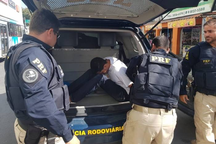 PRF e Polícia Civil prenderam suspeito em via
