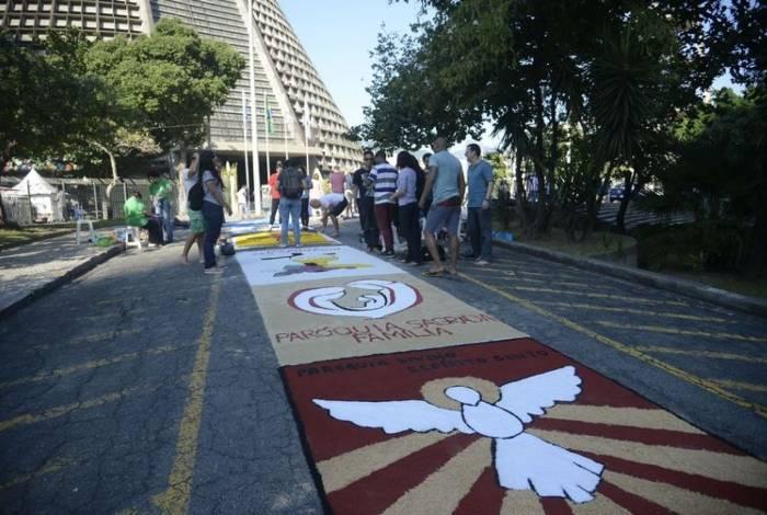 Fiéis comemoram o dia de Corpus Christi e confeccionam os tradicionais tapetes de sal, pó de café e tinta de colorida na Igreja Catedral Metropolitana São Sebastião, no centro do Rio de Janeiro.