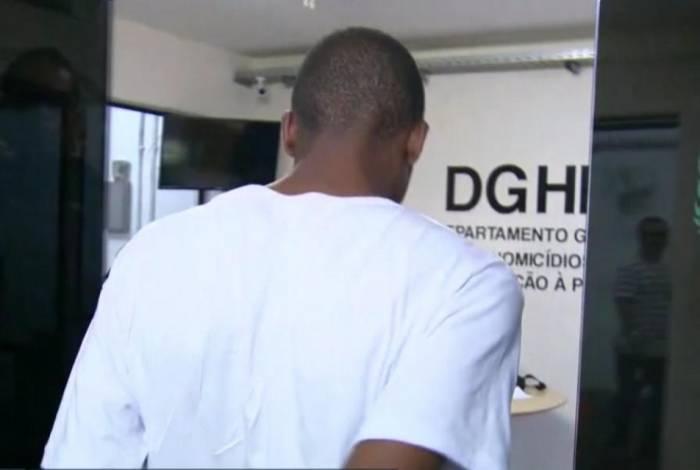 Lucas prestou depoimento na Delegacia de Homicídios de Niterói, São Gonçalo e Itaboraí (DHNSGI) por mais de três horas