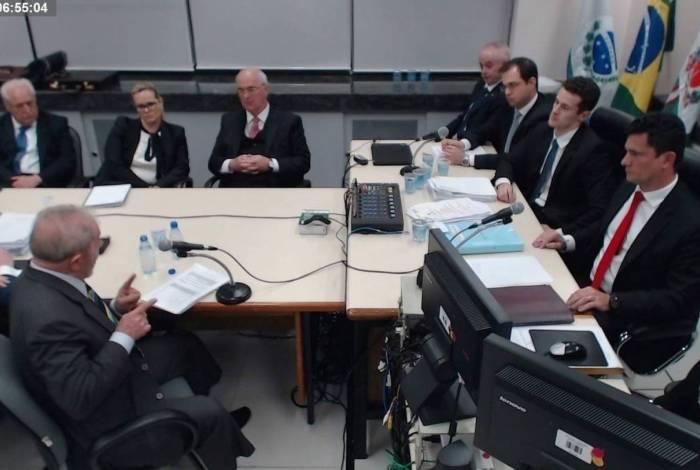 Ex-presidente Lula em sua primeira audiência como réu em Curitiba, na bancada de acusação: Carlos Fernando Santos Lima, Julio Noronha e Roberson Pozzobon