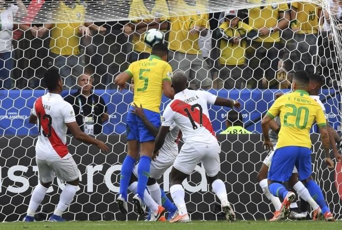 Começo da festa: de cabeça, Casemiro sobe mais alto que a defesa do Peru e faz o primeiro gol do Brasil