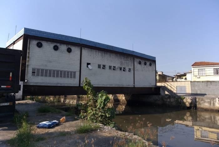 Prédio montado sobre o rio tem janelas depredadas e já sofre com a ferrugem
