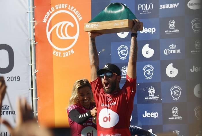 O surfista Filipe Toledo (BRA) comemora após conquistar titulo da etapa do Circuito Mundial de Surf (WSL), Oi Rio Pro, realizado na praia de Itaúna, em Saquarema (RJ), neste domingo (23).