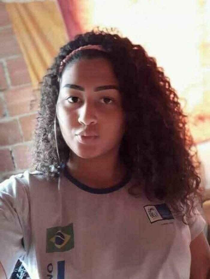 Débora Mariana Alves da Silva estava acompanhada por amigas no coletivo da linha 819 (Jardim Bangu x Bangu), quando foi vista pela última vez, conforme relato das colegas