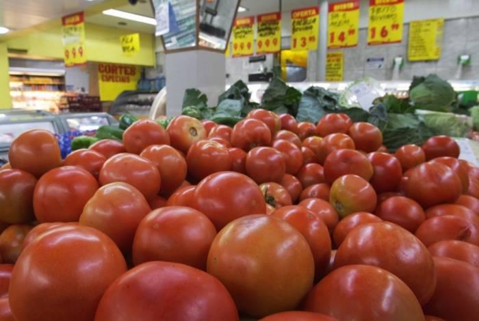 O estudante Leonardo Pantoja optou por reduzir a quantidade de tomate em suas compras devido ao preço alto