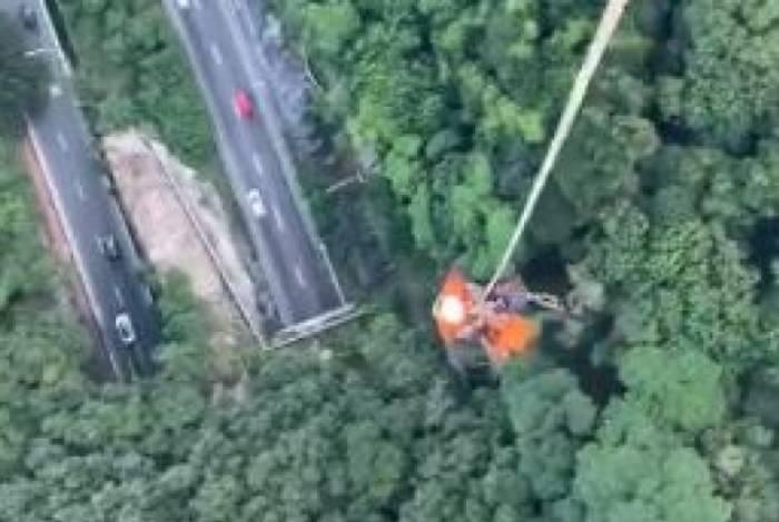 Praticante de wingsuit foi resgatado de vegetação por helicóptero da Core em São Conrado