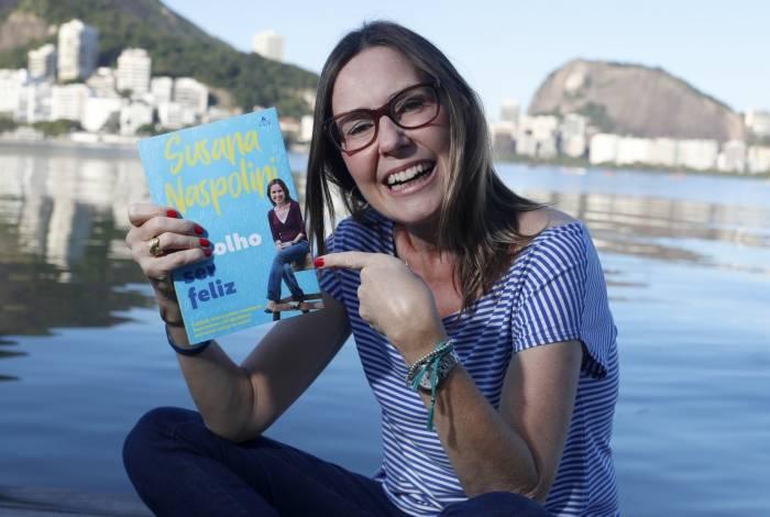 Susana Naspolini é só alegria com seu livro 'Eu Escolho Ser feliz', da Editora Agir