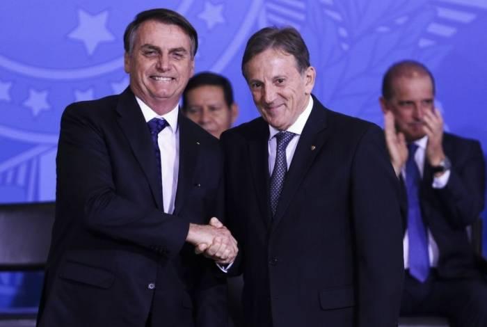 O presidente Jair Bolsonaro cumprimenta o novo presidente dos Correios, Floriano Peixoto