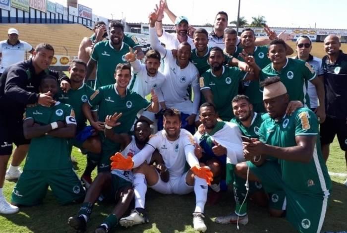 Elenco da equipe de Saquarema comemora ivtória