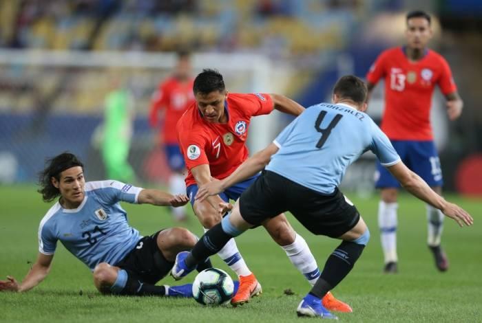 Cavani e Godín dobram a marcação na disputa da bola com Sánchez