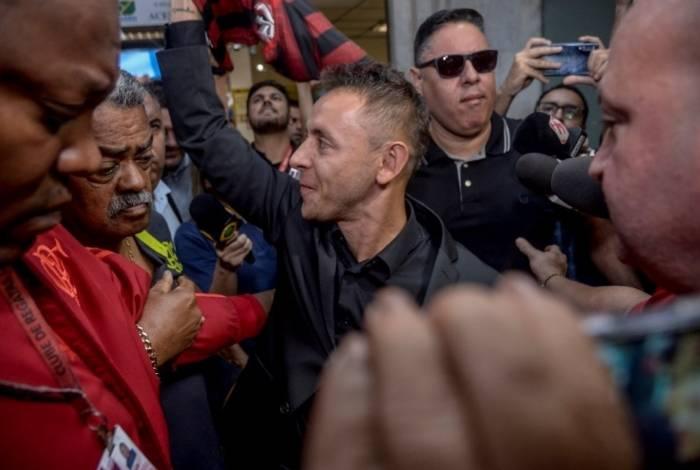 Rafinha foi cercado por torcedores e repórteres no desembarque