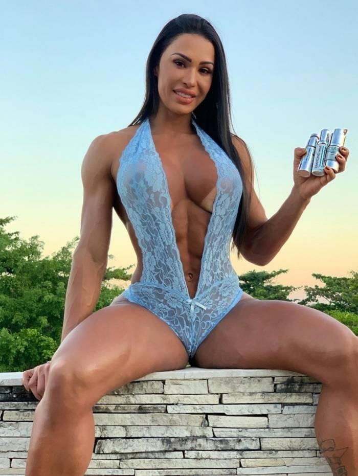 Gracyanne Barbosa posa de lingerie e recebe elogios
