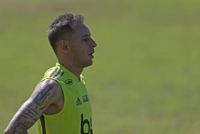 Jogador chega ao Flamengo com status de solução na lateral-direita