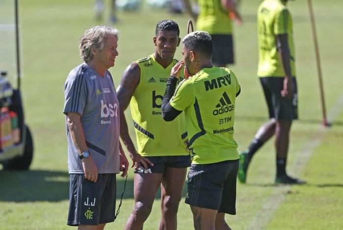 ATAQUE - FLAMENGO - O técnico do Flamengo, Jorge Jesus, comanda o treino no Ninho do Urubu conversa com Gabigol e Berrío. Foto: Daniel Castelo Branco / Agência O Dia