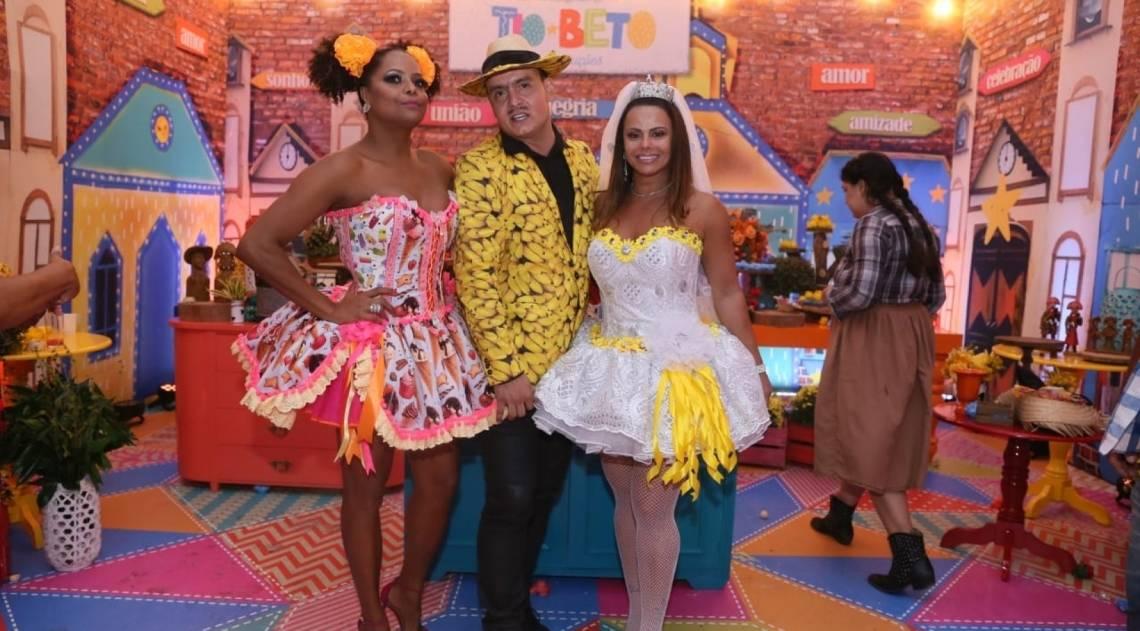 Adriana Bombom e Viviane Araújo em festa junina no Rio