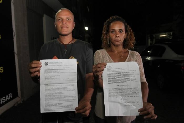 Carla dos Santos e Elias Azevedo exibem documentos com denúncias contra a deputada Flordelis