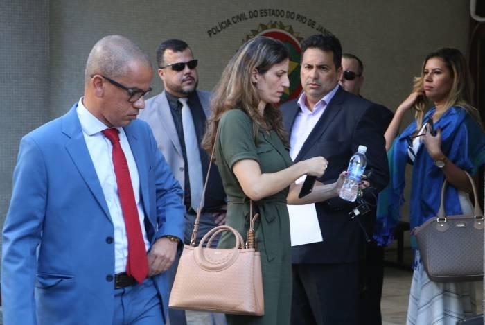 Advogados conversam com a delegada Barbara Lomba