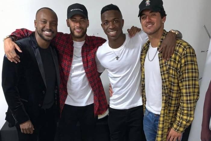 Neymar ao lado de Vinicius Junior