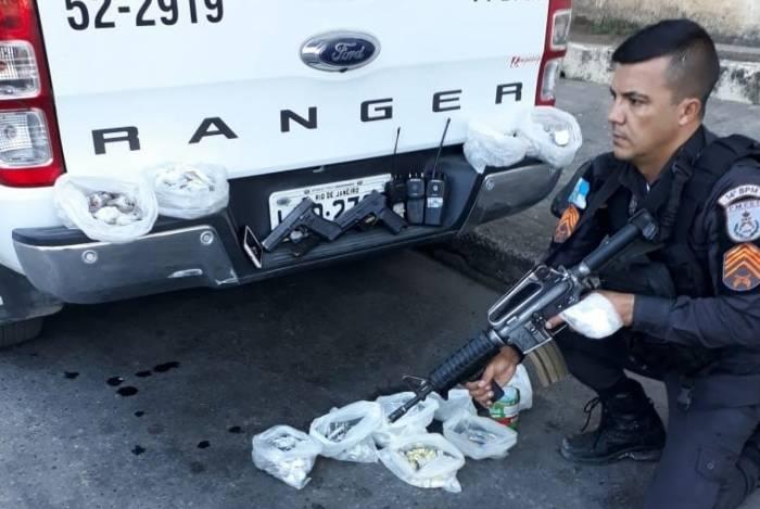 Policiais do 14ºBPM (Bangu) apreenderam duas pistolas, drogas e três rádios transmissores com os suspeitos