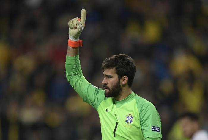 Brazil's goalkeeper Alisson celebrates after stopping the shot by Paraguay's Gustavo Gomez in the penalty shoot-out after tying 0-0 during their Copa America football tournament quarter-final match at the Gremio Arena in Porto Alegre, Brazil, on June 27, 2019. (Photo by Juan MABROMATA / AFP)