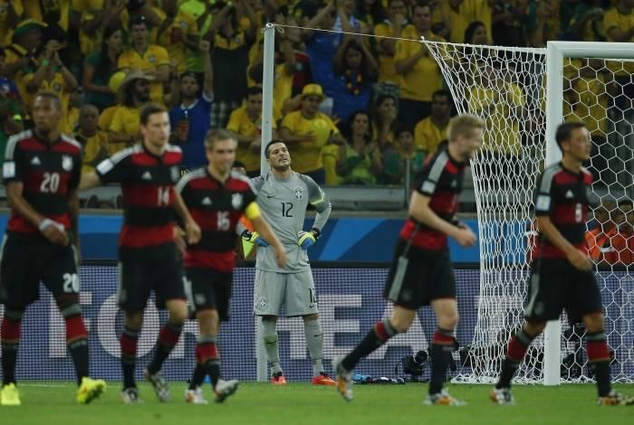 Abatido, o goleiro Júlio César vê a festa dos alemães, que venceram por 7 a 1 na semifinal da Copa do Mundo de 2014