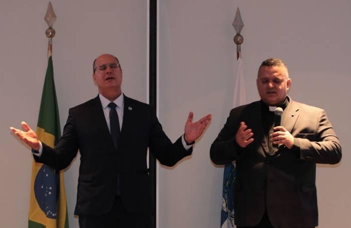 Witzel e o Monsenhor André Sampaio rezaram durante a cerimônia