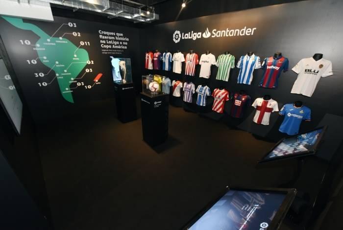 Espaço La Liga com as camisas dos clubes espanhóis