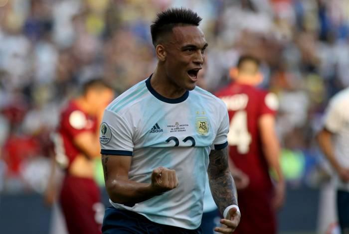 Lautaro Martínez da Argentina comemora seu gol contra a seleção do Venezuela