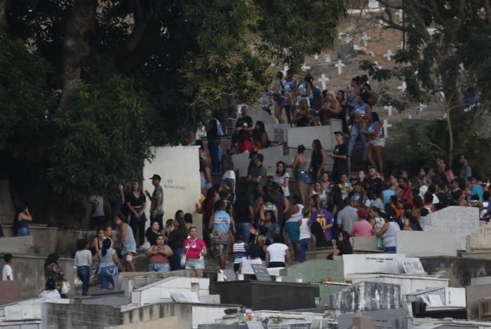 Enterro do corpo de Guarabu atraiu uma multidão e terminou em pancadaria, tiros e corre-corre