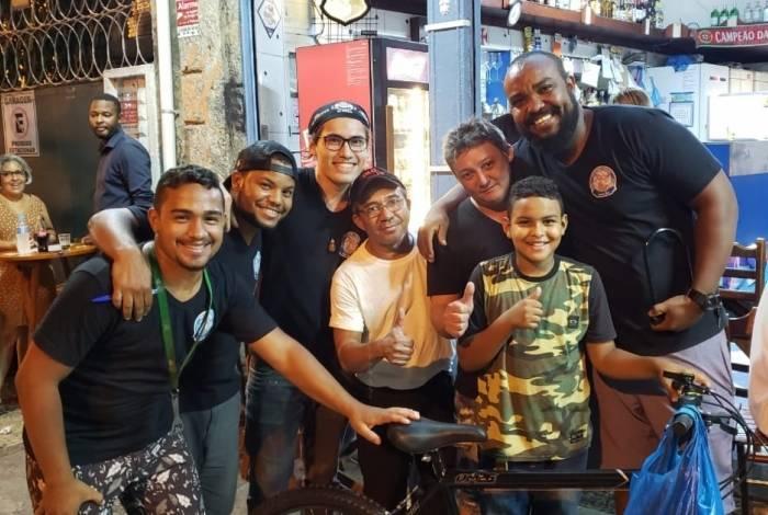 Igor, de apenas 10 anos, fã do craque Messi, ganhou uma bicicleta do time de craques do bar Bode Cheiroso