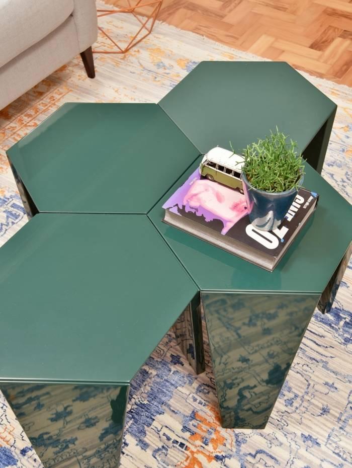 Especialista indica investir em uma cor na mesa de centro que destoe do restante da decoração da sala
