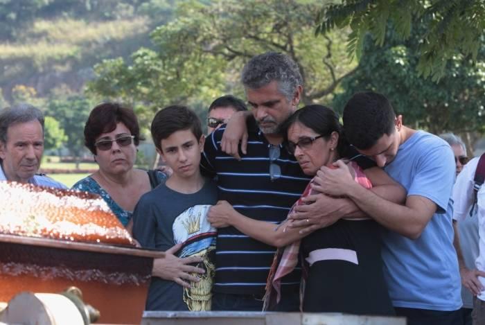 Familiares e amigos no enterro da idosa