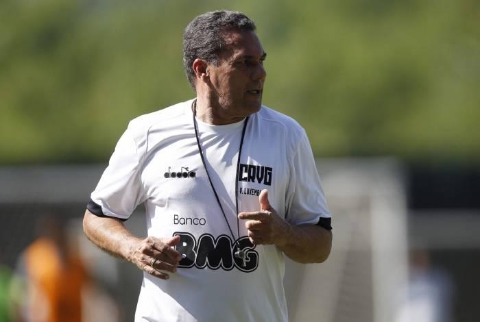 O técnico Vanderlei Luxemburgo ainda aguarda um substituto para o argentino Maxi López