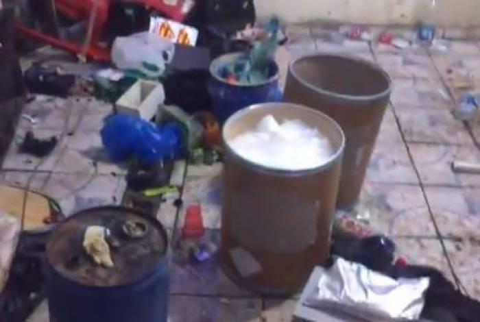 Tonéis com produtos químicos no laboratório do tráfico na Maré