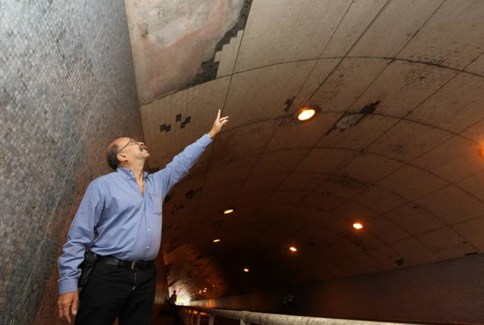 Engenheiro verificou queda de cerâmica do teto no túnel da Rua Alice. Placa também está caída