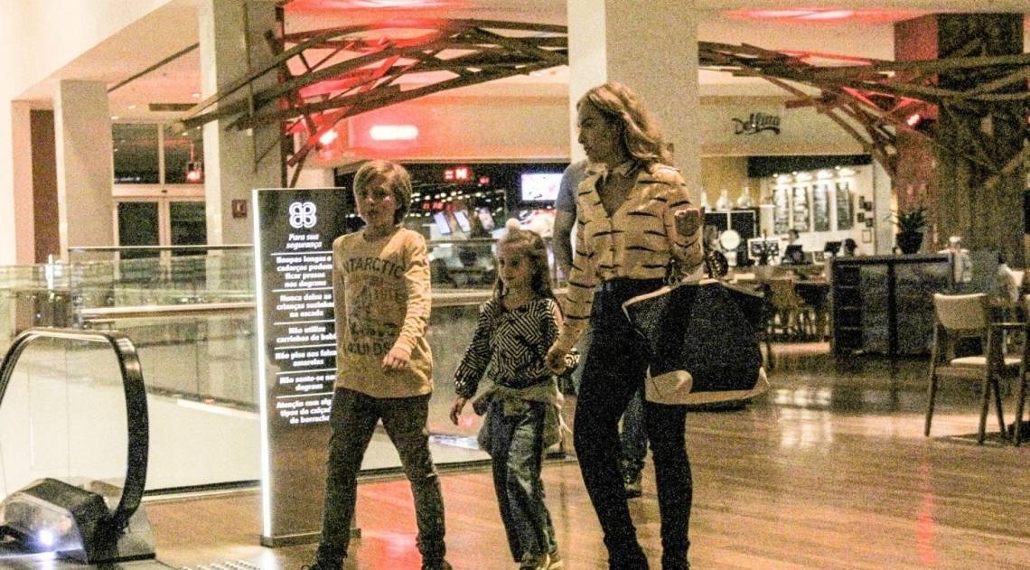Angélica leva os filhos Benício e Eva ao cinema nesta terça-feira