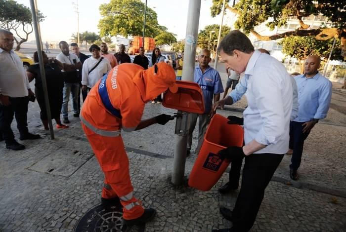 O prefeito Crivella ao lado de funcionário da Comlurb, em Copacabana