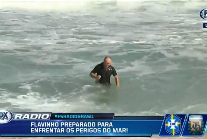 Flávio Gomes entrou de roupa e tudo no mar durante o