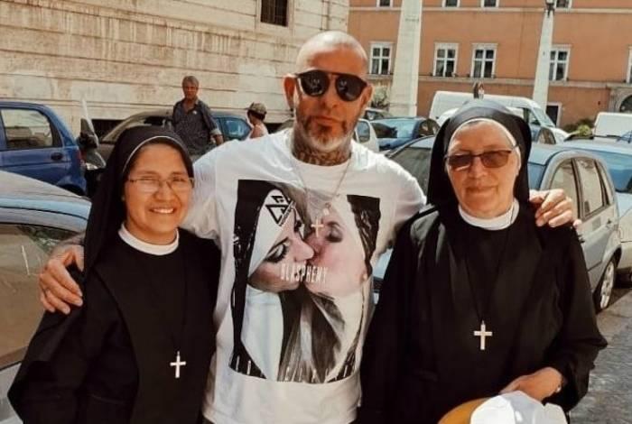 Henrique Fogaça causou polêmica ao postar foto com freiras