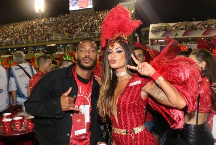 Marlon Wayans e Aline Riscado posam juntos no Camarote da Itaipava, no Rio