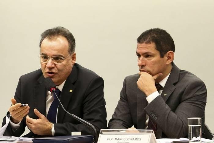 Relator, deputado Samuel Moreira, e o presidente da comissão especial da Reforma da Previdência, deputado Marcelo Ramos, durante sessão para discussão do parecer do relator.