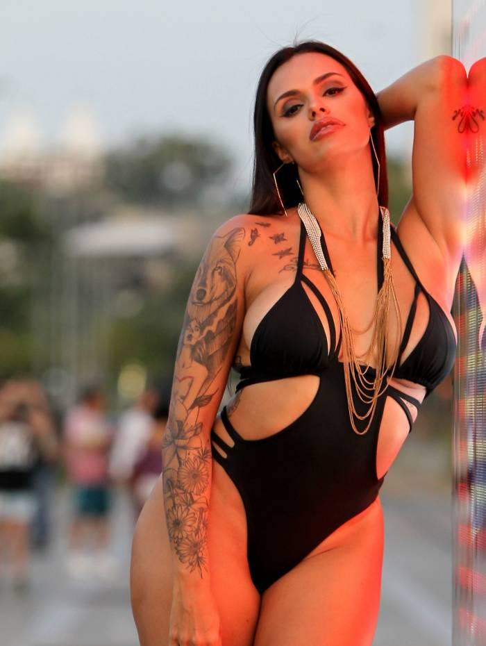 Rio de Janeiro 03/06/2019 - ESPECIAL - A DJ e digital influencer Jessica Salty posa com roupas inspiradas no estilo de Vivi Guedes, personagem de Paolla Oliveira, em Dona do Pedaço. Foto: Luciano Belford/Agencia O Dia