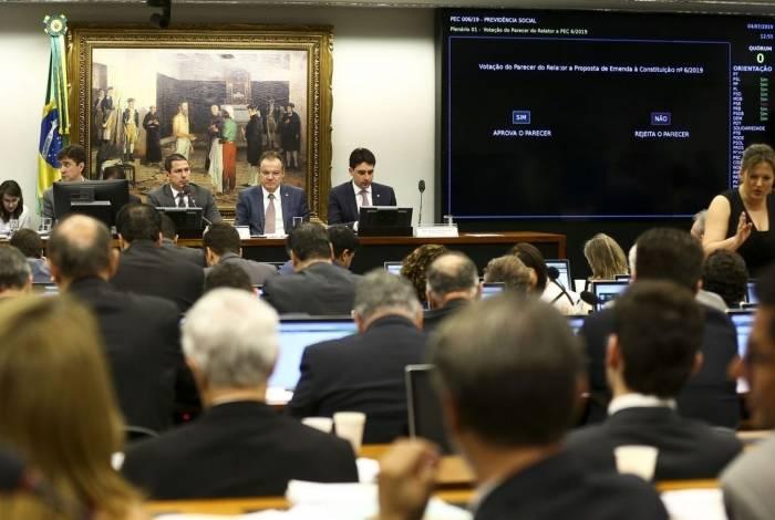 Sessão para votação do parecer do relator sobre a Reforma da Previdência: de 49 deputados presentes, 36 votaram a favor do texto
