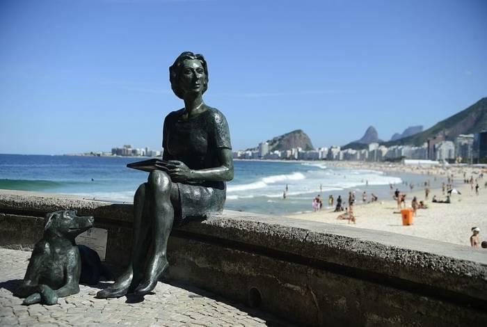 Clarice Lispector: estátua na praia do Leme faz homenagem a antiga moradora famosa e seu cachorro Ulisses