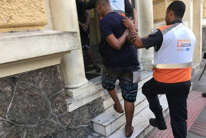 Agente do Niterói Presente leva preso para a delegacia de Icaraí