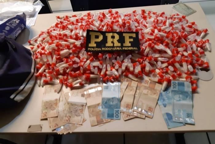 Agentes da PRF apreenderam mais de 900 pinos de cocaína com homem