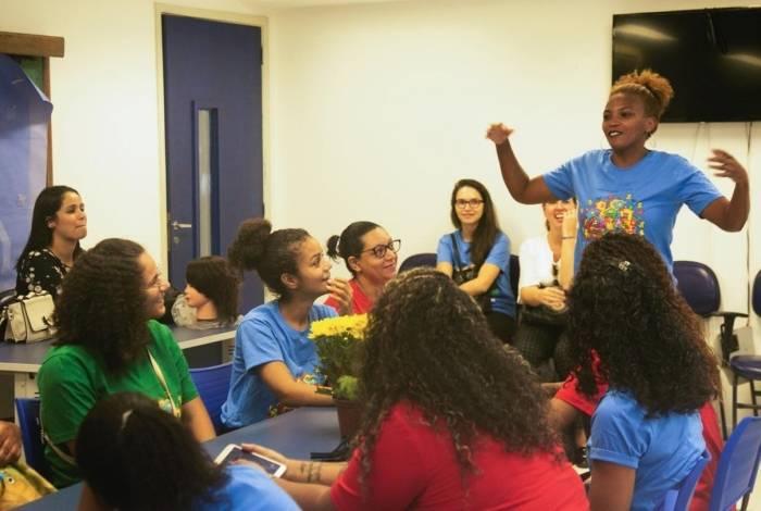 As aulas do projeto A Arte Gerando Renda ocorrem na Cidade de Deus e em Coelho Neto. Há cursos de Maquiagem e Decoração de unhas