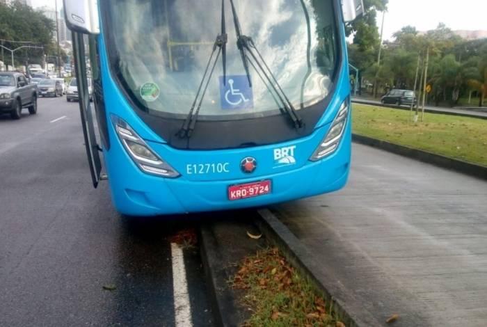 BRT se envolveu em acidente na Barra e fica preso em divisa de concreto