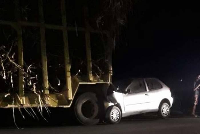 Sargento bateu com o carro em que estava em um caminhão
