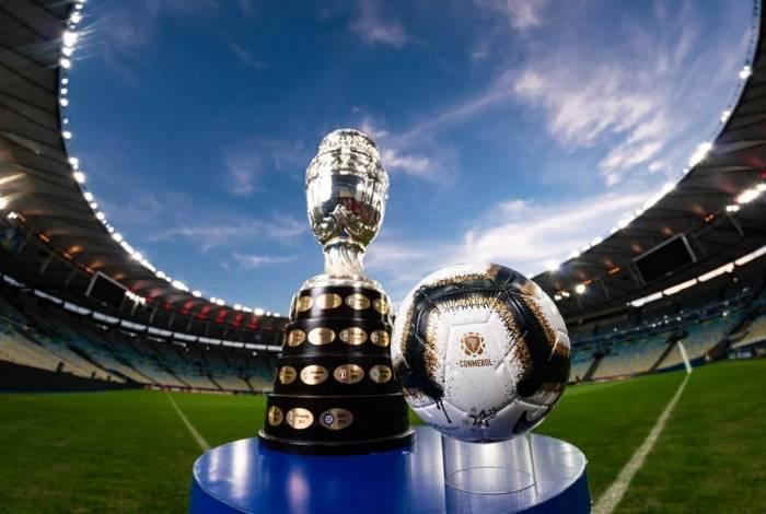 Taça e bola da final da Copa América
